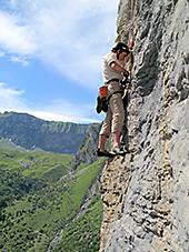 Monika klettert in den Alpen